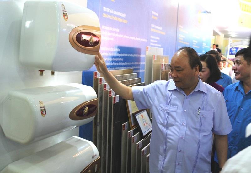 Thủ tướng Chính phủ Nguyễn Xuân Phúc thăm khu trưng bày sản phẩm Prime